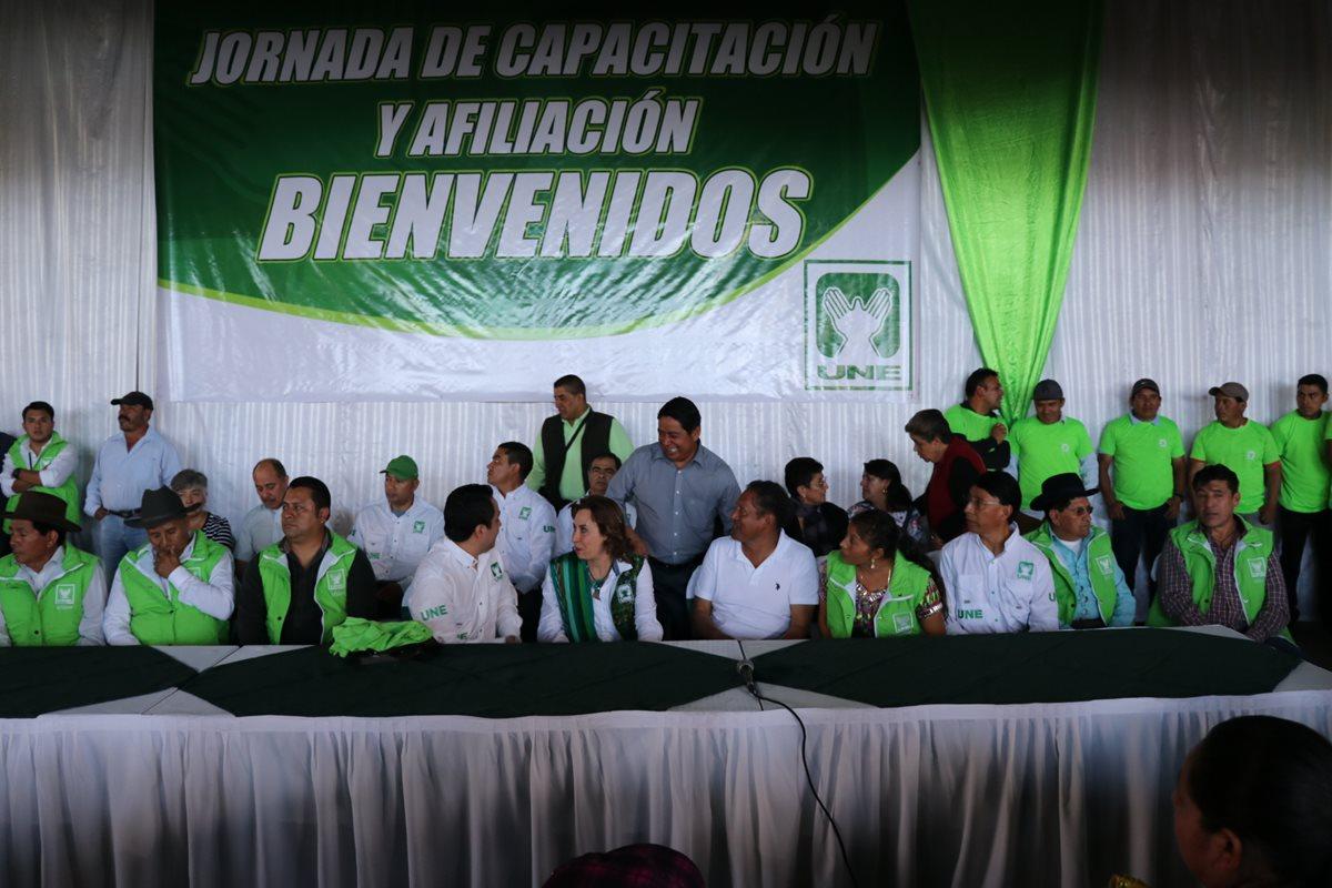 Sandra Torres, en jornada de afiliación en Santa Cruz del Quiché, acompañada de dos diputados de la UNE por Quiché. (Foto Prensa Libre: Yésica Tol).