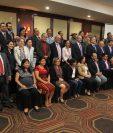 Diplomáticos y activistas de derechos humanos posan para lo foto oficial, al terminar el encuentro anual con la UE. (Foto Prensa Libre: Esbin García)