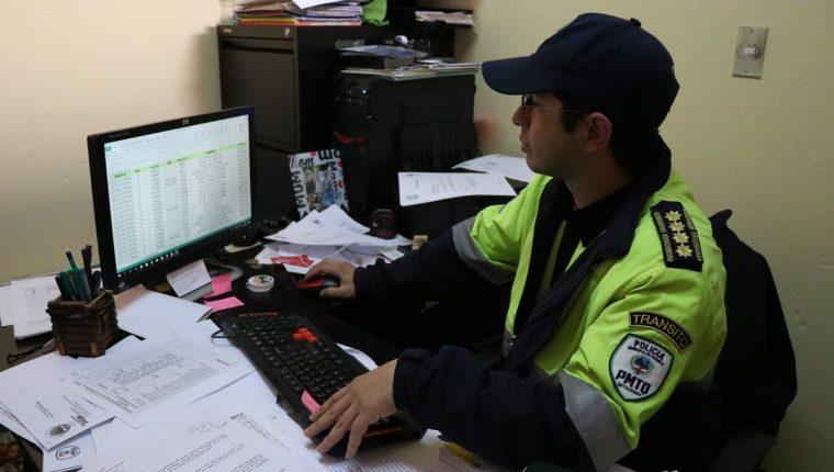 Diego Meckler, jefe de la PMT, muestra el documento de Excel en el que tienen registradas las multas. (Foto Prensa Libre: María José Longo).
