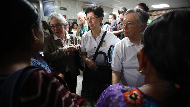 Emma Guadalupe Molina Theissen (centro) pide que se haga justicia en contra de militares. (Foto Prensa Libre: Paulo Raquec)
