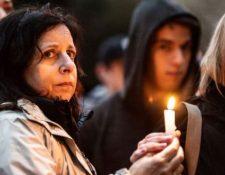 Cientos de personas, tanto del vecindario Squirrel Hill como de todo Pittsburgh, se reunieron horas después del ataque para una vigilia interreligiosa en nombre de las víctimas. (GETTY IMAGES)