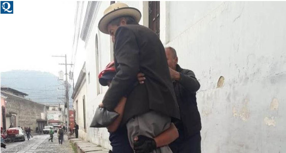 Ernesto, el agente de la Disetur que carga hasta su vivienda a Melesio, un hombre de 83 años