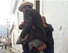 Esta semana se hizo viral un video en el que se observa al agente cargando al adulto mayor. (Foto Prensa Libre: Cortesía)