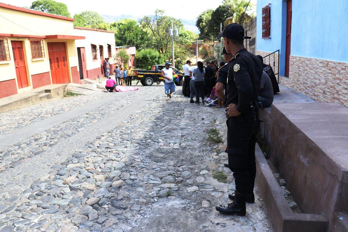 Agentes de la PNC resguardan el lugar donde le dispararon a William Gamaliel Wallace Rojas, en la zona 2 de Chiquimula. (Foto Prensa Libre: Mario Morales)