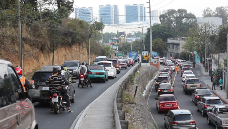 En la bifurcación que conecta la zona 10 de la capital, Santa Catarina Pinula y Muxbal se congestiona el tránsito. (Foto Prensa Libre: Érick Ávila)