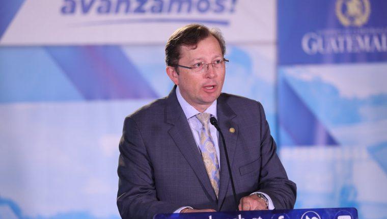 Heinz Heimann, durante la conferencia de prensa del lunes, cuando dijo que Guatemala respetaba la política migratoria de EE. UU.. (Foto Prensa Libre: Hemeroteca PL)