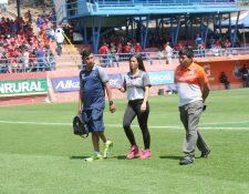 Laura Bariatti sale del estadio Manuel Felipe Carrera, después de presenciar la entrada en calor de Suchitepéquez, en el duelo contra Municipal, del pasado domingo (Foto Prensa Libre: Edwin Fajardo)