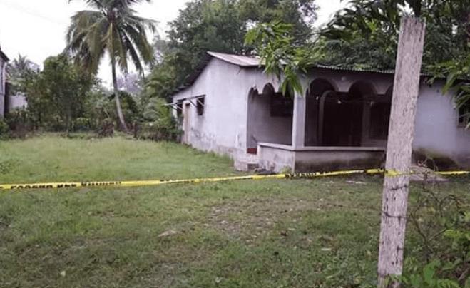 Autoridades resguardan vivienda donde ocurrió el hallazgo en El Chal. (Foto Prensa Libre: PNC).