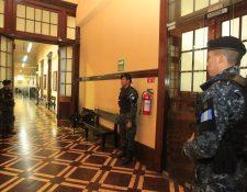 Agentes de PNC participan en uno de los cateos en el Registro de la Propiedad. (Foto Prensa Libre: Hemeroteca PL)