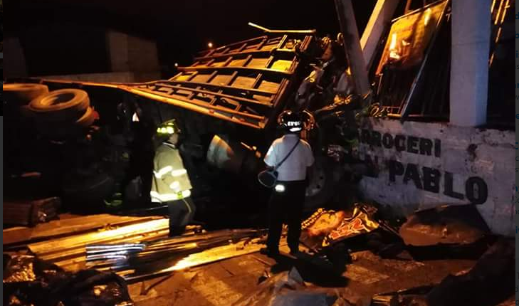 El accidente sucedió durante a madrugada en el kilómetro 12.5 de la ruta al Atlántico. (Foto Prensa Libre: CVB)