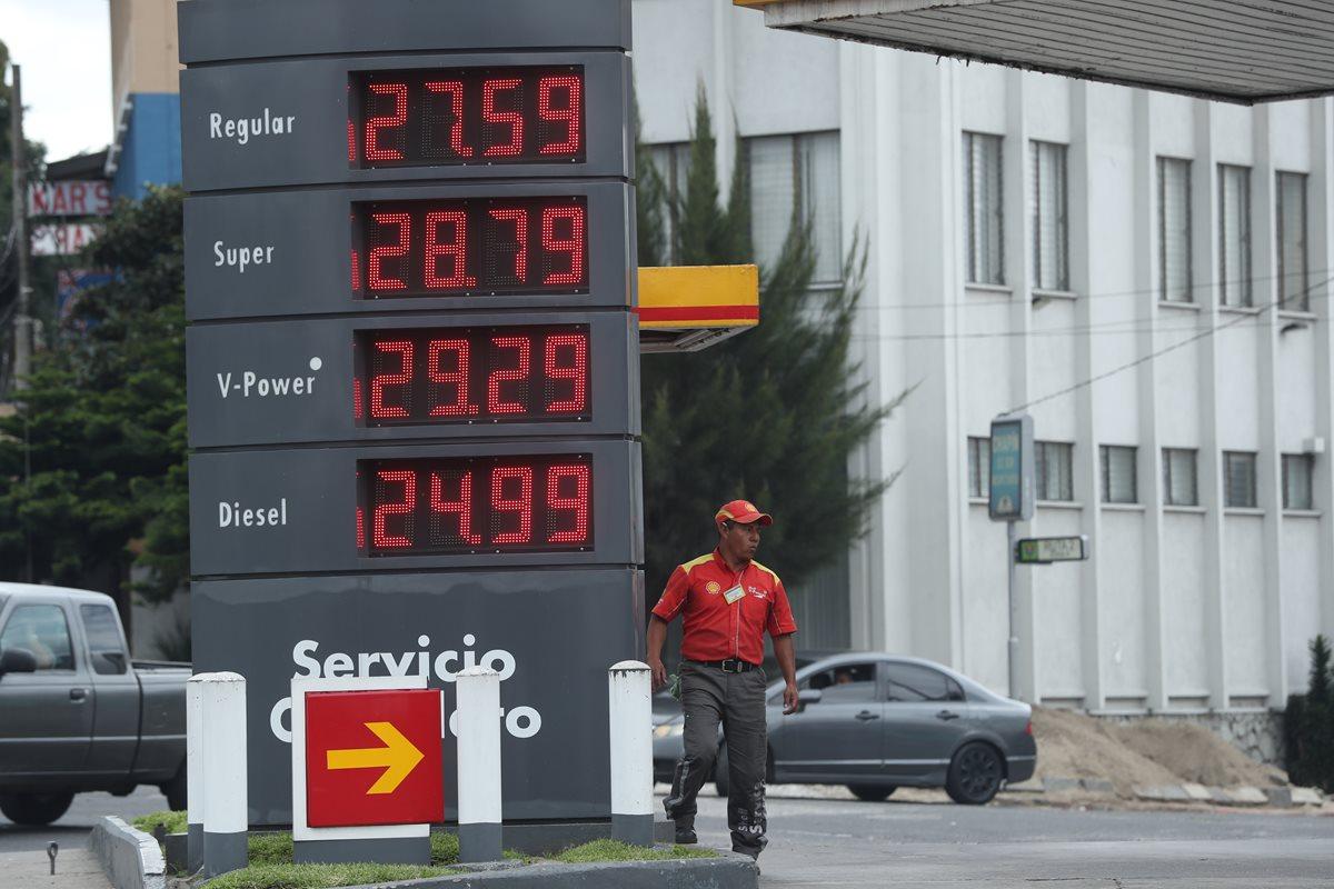 Los precios de los combustibles incrementaron Q0.80 este sábado y acumulan un ajuste de Q1.80 en las últimas dos semanas, según importadores y comercializadores. (Foto Prensa Libre: Esbin García)
