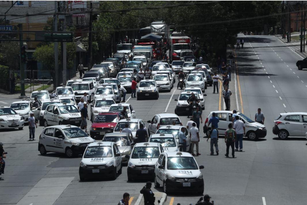 Sobre la calle Martí, en la 21 avenida, zona 6, en el lugar conocido como la Cuchilla, taxistas bloquearon el paso, en su trayecto hacia la sede central del Ministerio Público. (Foto Prensa Libre: Esbin García)
