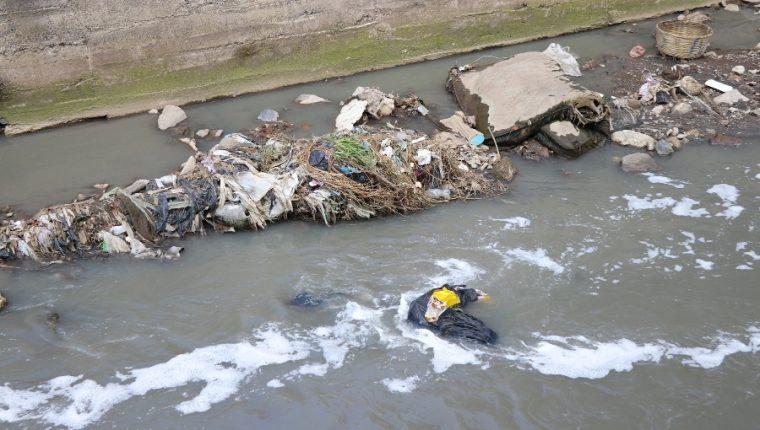 Basura y aguas residuales se acumulan en el río Seco, un recurso natural perjudicado por la falta de tratamiento de desechos en Xela. (Foto Prensa Libre: María Longo)