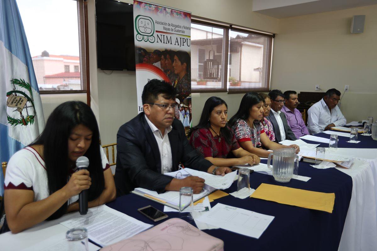 Líderes comunitario de Xepache y abogados mayas de Guatemala durante la conferencia de prensa. (Foto Prensa Libre: Mynor Toc)