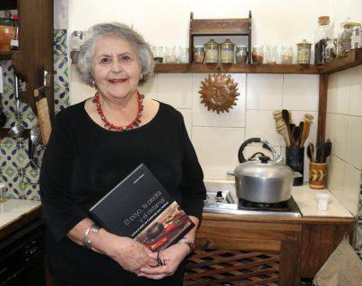 Carole Wilson recopiló y redactó un libro sobre la cocina guatemalteca, una de sus pasiones (Foto Prensa Libre: Renato Melgar).