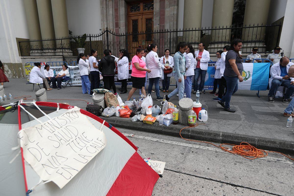 Plantón de médicos afuera de Casa Presidencial la semana pasada. (Foto Prensa Libre: Hemeroteca)