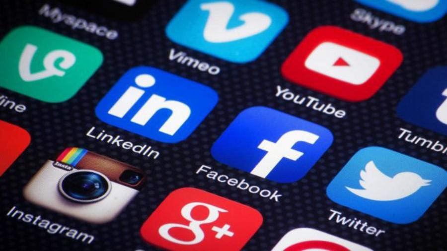 Si bien Facebook es la red que ha estado en el ojo del huracán por todo el escándalo que generó, hay otras redes sociales que también permiten que aplicaciones de terceros sumen funcionalidades a la experiencia del usuario a cambio de cierta información.(Foto Prensa Libre: Efe)