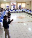 Autoridades del Gobierno, municipales y líderes comunitarios acuerdan reabrir el próximo 21 de abril la Municipalidad de San Mateo Ixtatán, que permanece cerrada desde enero último. (Foto Prensa Libre: Mike Castillo)