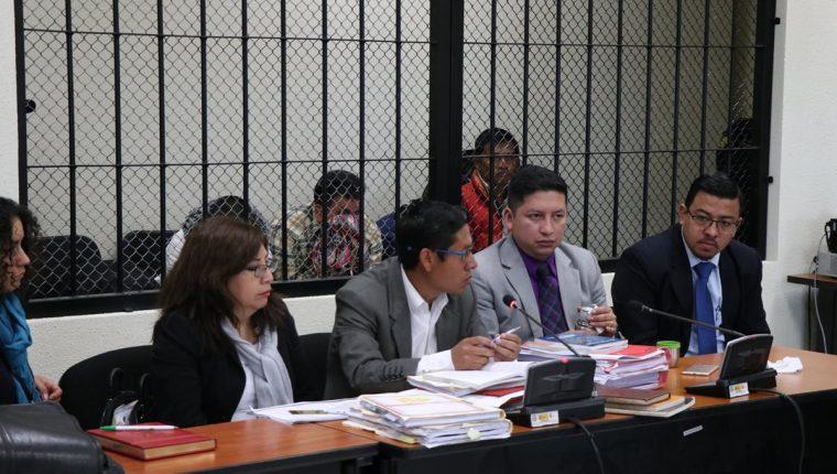 Abogados de los sindicados hablan luego de que fuera suspendida la audiencia de inicio a juicio en el Tribunal Primero de Sentencia Penal de Quetzaltenango. (Foto Prensa Libre: María Longo)