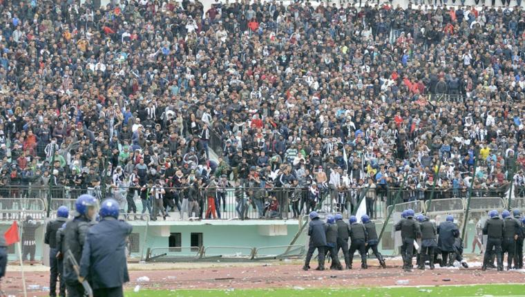 La mayoría de heridos fueron policías que intentaron detener a los aficionados violentos. (Foto Prensa Libre: Redes)