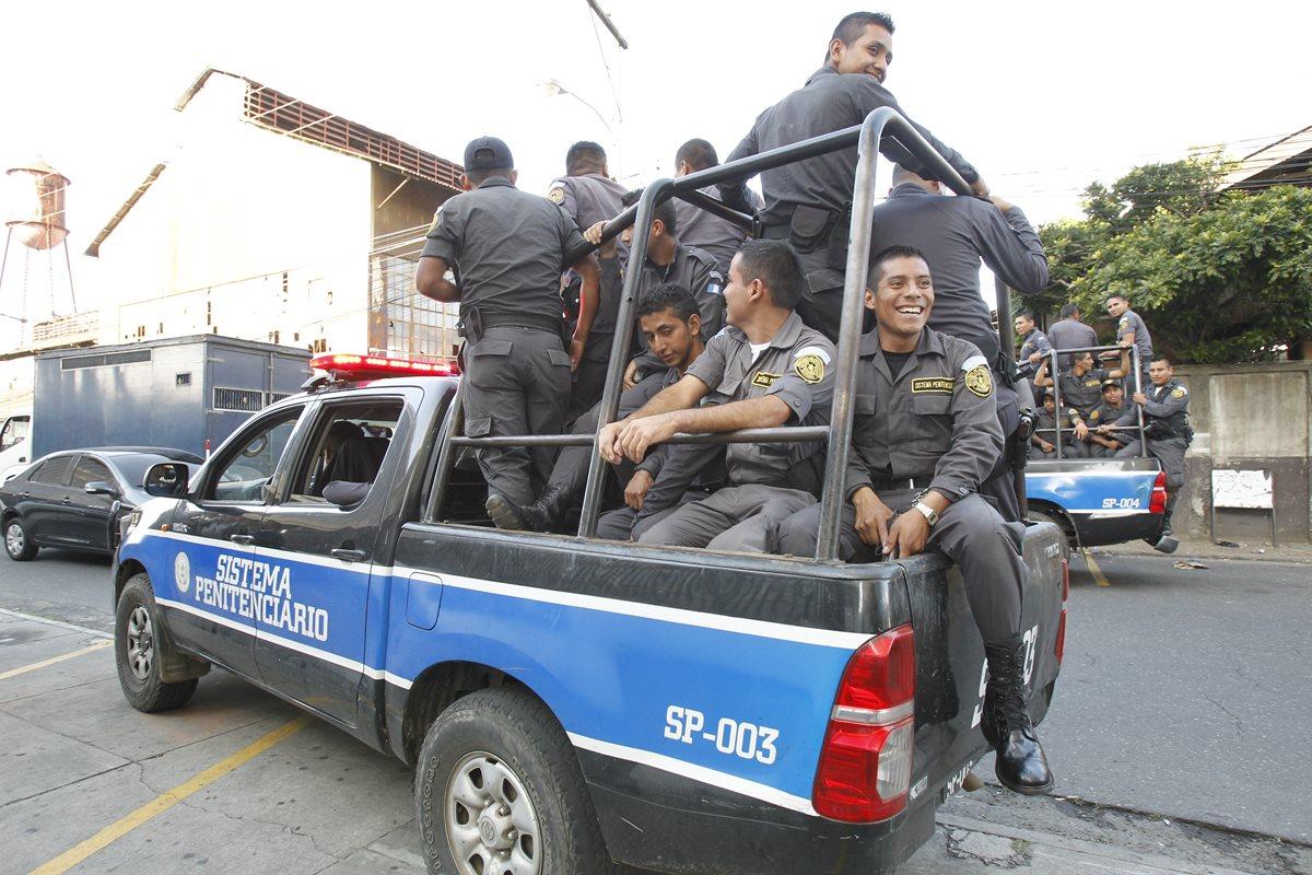 Los treinta y tres guardias sin una cárcel que custodiar