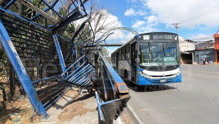 Las estaciones del Transurbano se ven diariamente abarrotadas de usuarios. La demanda del servicio es alta y hay pocos buses. (Foto Prensa Libre: Esbín García)