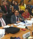 El procurador Jordán Rodas responde a los cuestionamientos de los diputados. (Foto Prensa Libre: Carlos Hernández)