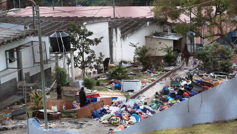 En uno de los patios del Preventiva para Hombres de la zona 18 fueron colocados objetos ilícitos decomisados durante la requisa del fin de semana. En la fotografía se observan congeladores, además de ropa. (Foto Prensa Libre)