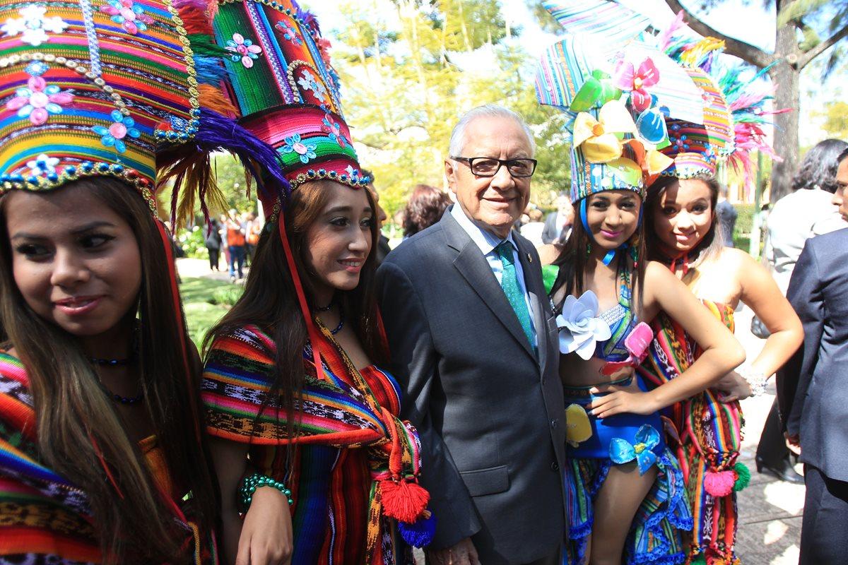 Maldonado se rodea de bailarinas de la banda Pedro Molina, de Coatepeque, en la inauguración del ciclo escolar. (Foto Prensa Libre: Esbin García)