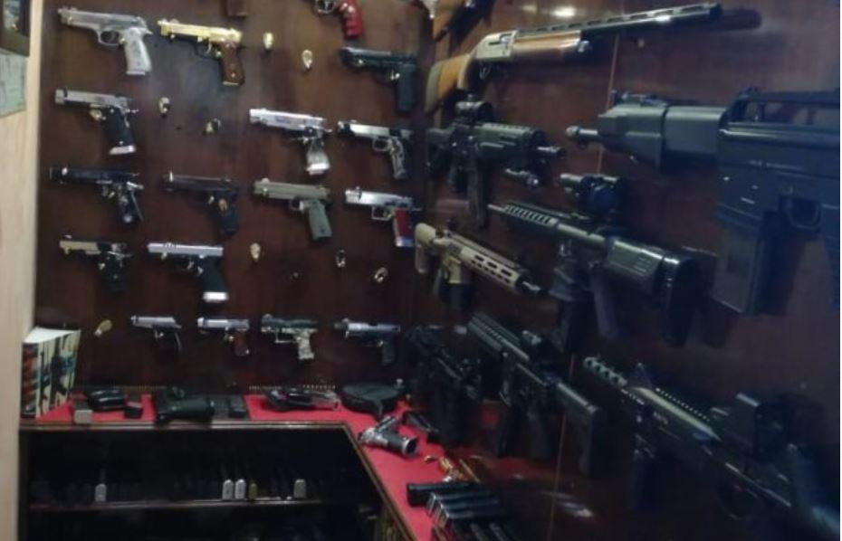 Estas armas fueron encontradas durante operativo para capturar a cuatro supuestos secuestradores en Santiago Sacatepéquez, Sacatepéquez. (Foto Prensa Libre: Cortesía)