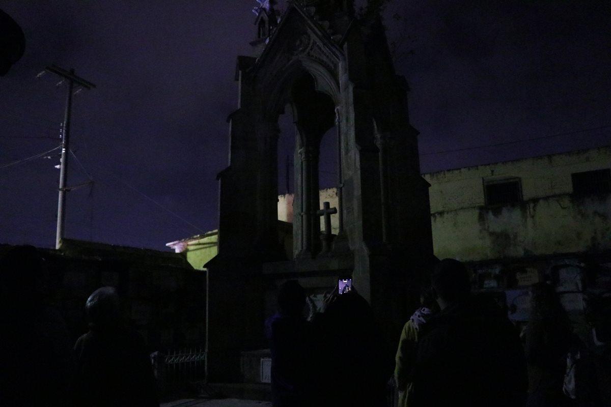 El recorrido nocturno inicia a las 19 y 21 horas, los participantes aprovechan para tomar fotografías de las tumbas. (Foto Prensa Libre: María Longo)