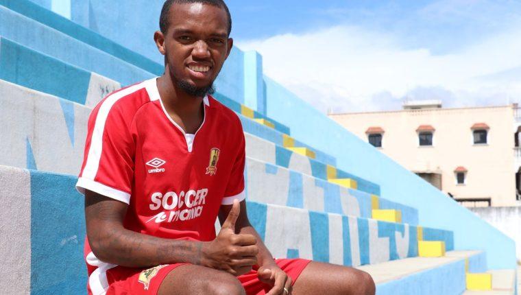 El panameño Luis Zuñiga posa con la camiseta de Rosario, de la Primera División. (Foto Prensa Libre: Raúl Juárez).