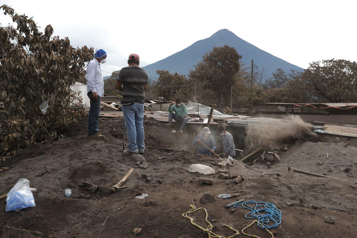 En San Miguel Los Lotes, Escuintla, hubo varios muertos y heridos cuando una correntada de lodo y lava sepultó viviendas. (Foto Prensa Libre: Enrique Paredes)