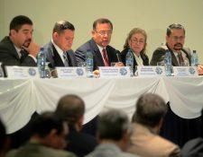 La Junta Directiva de la Portuaria Santo Tomás de Castilla presentan el informe. (Foto Prensa Libre: Edwin Bercián)
