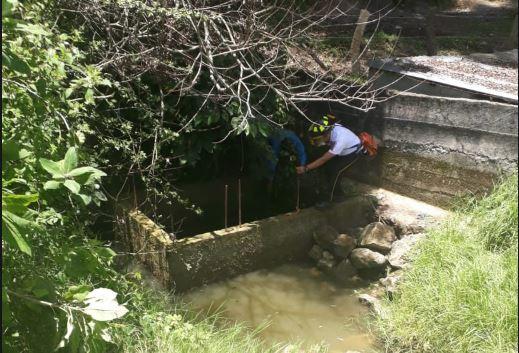 Los Bomberos Voluntarios rescatan a uno de los menores que cayó en una poza de agua, en Las Venturas, Estancia de San Martín, San Martín Jilotepeque, Chimaltenango. (Foto Prensa Libre: Cortesía CVB de San Martín Jilotepeque)