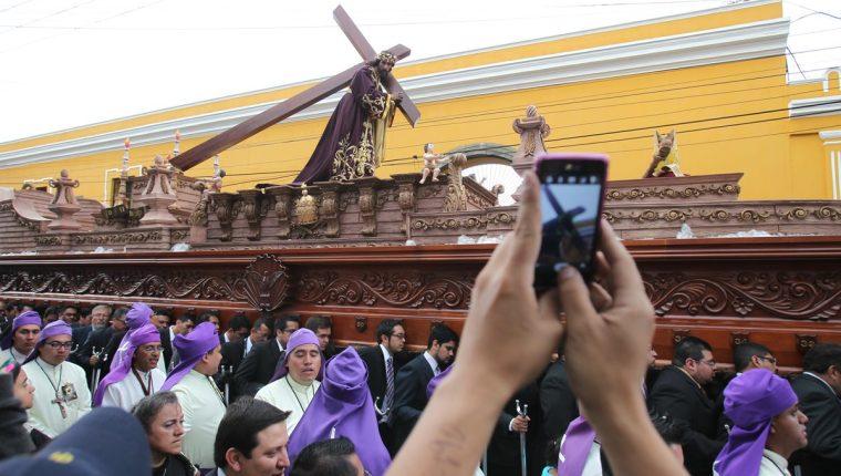 Procesión de Jesús Nazareno del Consuelo, del templo de la Recolección. (Foto Prensa Libre, Paulo Raquec).