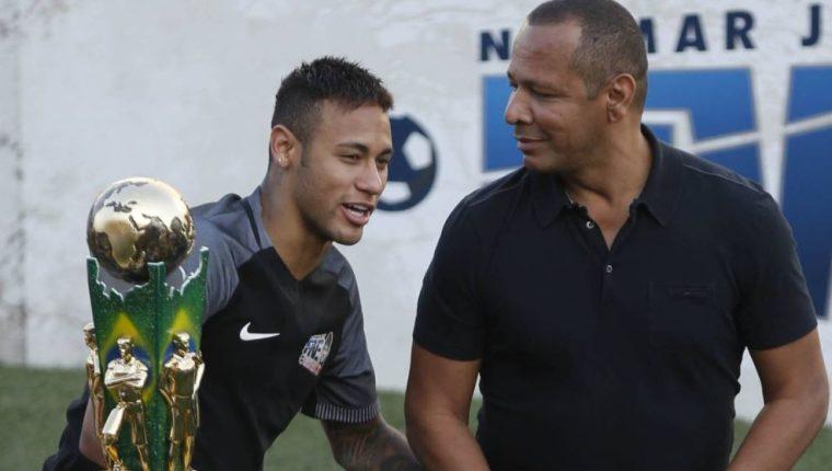 El padre de Neymar habló en un canal de Brasil y aseguró que su hijo volverá a la acción en ocho semanas. (Foto Redes).