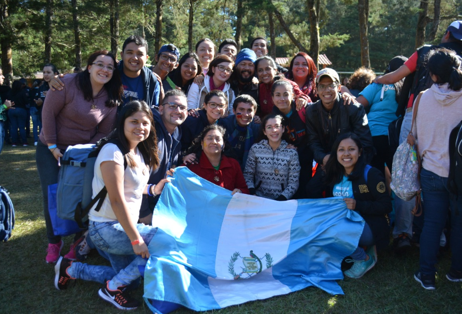 Algunos de los jóvenes que viajarán a Panamá participan en una actividad de preparación en una finca de San José Pinula, Guatemala. (Foto Prensa Libre: Cortesía Ángel Martínez).