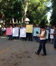 Empleados del parque Tikal se manifiestan para que las autoridades correspondientes escuchen su demanda. (Foto Prensa Libre).