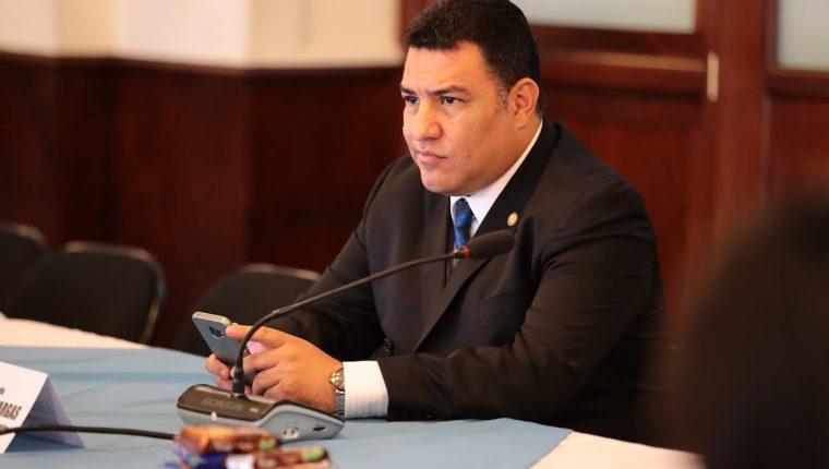 El ministro de Ambiente, Alfonso Alonzo, ya había sido citado por congresistas para que aclarara por qué fue a votar en helicóptero a Sacatepéquez. (Foto Prensa Libre: Álvaro Interiano)
