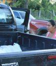Rosalvina Romero ve el cadáver de su esposo llegar a la morgue del Instituto Nacional de Ciencias Forenses. (Prensa Libre: Walfredo Obando)