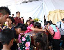 Familiares lloran sobre el féretro de Jaky Paola, en el altar improvisado del parque central de San Juan Alotenango. (Foto Prensa Libre: Julio Sicán)