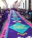 Niños participaron en la procesión de Jesús Nazareno de San Juan de Dios que recorrió la 12 avenida, zona 1, en donde fieles hicieron una alfombra especial. (Foto Prensa Libre: María José Longo)