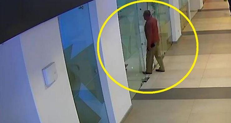 Momento en que el exmagistrado José Arturo Sierra ingresó a la agencia bancaria a retirar dinero, luego varios hombres lo persiguen para robarle y lo asesinan. (Foto Prensa Libre: Hemeroteca)