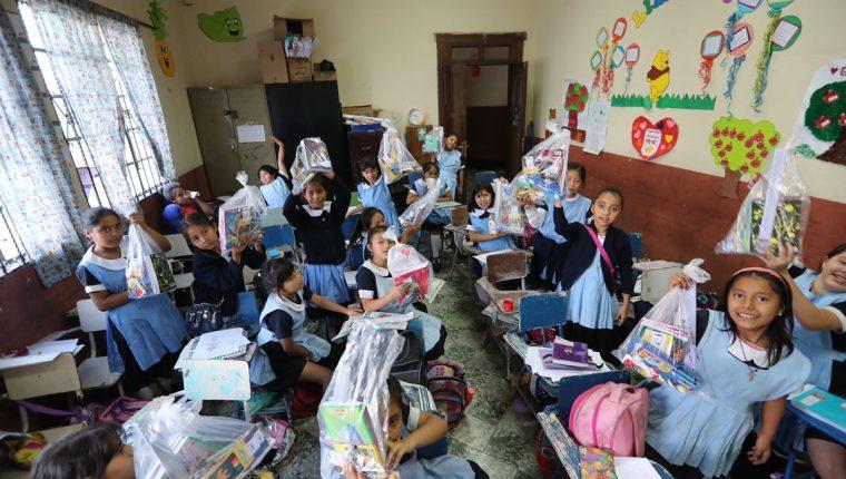 Maestros y estudiantes recibieron ayer bolsas de útiles e insumos , aunque aseguran que no son suficientes para cubrir el ciclo escolar. (Foto Prensa Libre: Érick Ávila)
