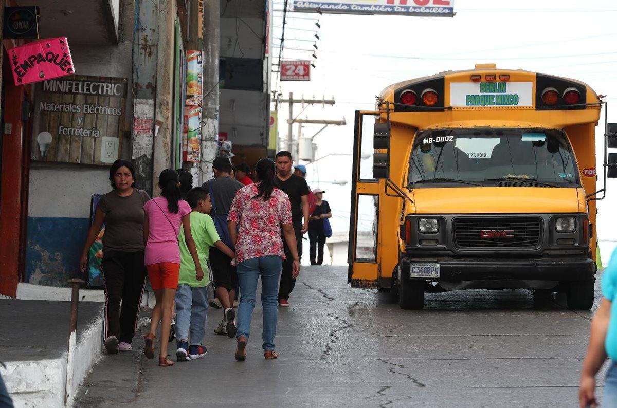 Vecinos de la zona 1 de Mixco arriesgan su integridad física al caminar en el asfalto. (Foto Prensa Libre: Óscar Felipe)