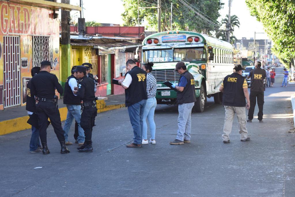 Investigadores inspeccionan lugar donde ocurrió el ataque, en Escuintla. (Foto Prensa Libre: Enrique Paredes).