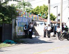 El ataque armado en el que murieron dos agentes de la PNC se registró frente a un car wash en Santa Lucía Cotzumalguapa, Escuintla. (Foto Prensa Libre: Carlos E. Paredes)