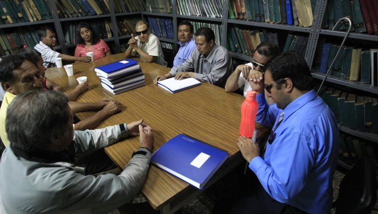 Un grupo de personas no videntes se reúnen dos jueves al mes en un club de lectura para conversar sobre temas bíblicos, en la sede de la Biblioteca Braille.(Foto Prensa Libre: Carlos Hernández)