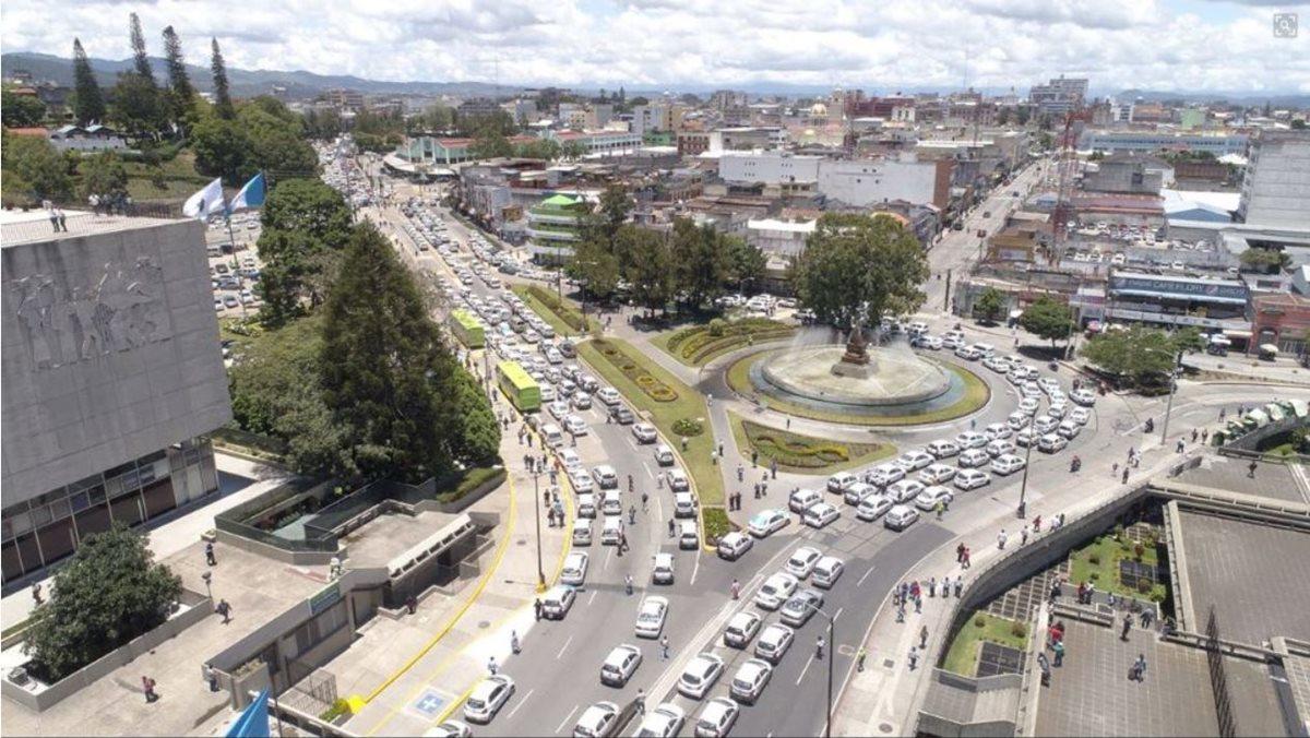 Vista general de la manifestación de taxistas frente a la comuna capitalina. (Foto Prensa Libre: Municipalidad de Guatemala)